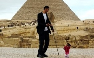 The world's tallest man has met up with the shortest woman at Egypt's pyramids in a bid to boost the country's struggling tourism industry.